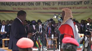 الرئيس الجديد لزيمبابوي إيمرسون منانغاغوا يحلف اليمين الدستورية 24 نوفمبر 2017