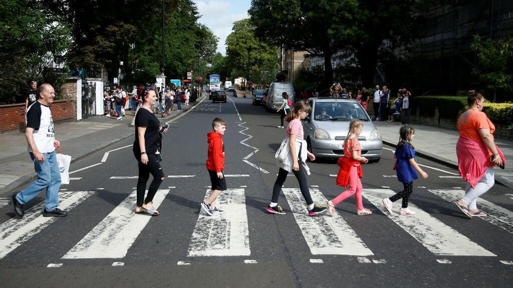 Los fanáticos recrean la icónica foto de los Beatles en Abbey Road en Londres, Gran Bretaña, 8 de agosto de 2019.