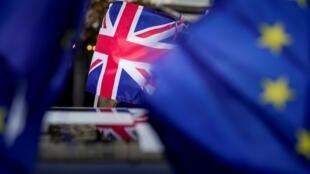 علم الاتحاد الأوروبي والعلم البريطاني خلال تظاهرات ضد بريكست قرب البرلمان الأوروبي في بروكسل في 30 كانون الثاني/يناير 2020