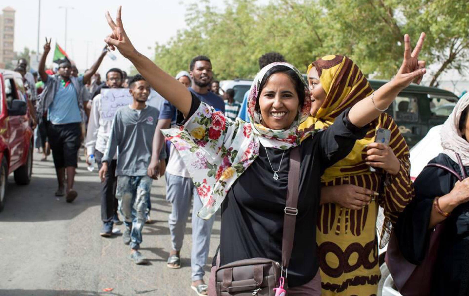 صورة وسط الصفحة - متظاهرات في شوارع السودان