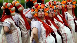 """Mujeres vestidas como """" Catrinas """", un clásico personaje mexicano durante la celebración del Día de los Muertos."""
