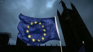 علم الاتحاد الأوروبي أمام البرلمان البريطاني، لندن، 13 كانون الأول/ديسمبر 2017
