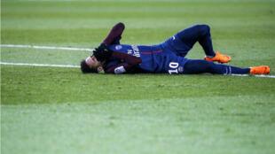 نجم باريس سان جرمان نيمار على الارض بعد تعرضه لاصابة في كاحله في المباراة ضد مرسيليا في الدوري الفرنسي لكر القدم. 25 شباط/فبراير 2018