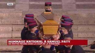 2020-10-21 19:32 Hommage au professeur assassiné : entrée du cercueil de Samuel Paty dans la cour de la Sorbonne
