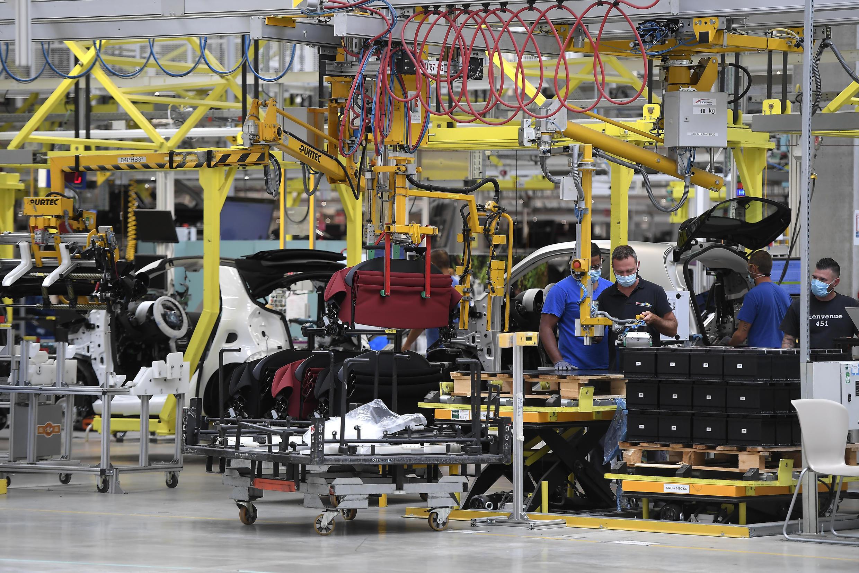 Varios empleados trabajan en la cadena de montaje de la fábrica de automóviles Smart situada en Hambach, al este de Francia, el 30 de julio de 2020.