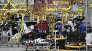 Varios empleados trabajan en la cadena de montaje de la fábrica de automóviles Smart situada en Hambach, al este de Francia, el 30 de julio de 2020