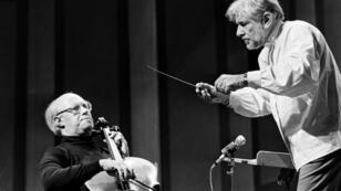 Leonard Bernstein, a la derecha, antes de un concierto en París el 8 de noviembre de 1976