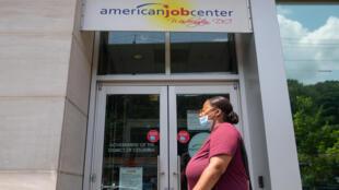Esta foto del 16 de julio de 2020 muestra a una mujer delante de la oficina de empleo en Washington
