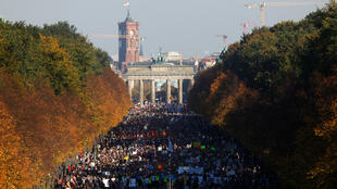 Miles de alemanes manifestaron en Berlín su rechazo al racismo, la xenofobia y los planteamientos de la extrema derecha, el 13 de octubre de 2018.