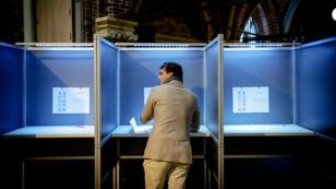 Le leader populiste du Forum voor Democratie (FvD), Thierry Baudet, vote à Amsterdam, le 20 mars 2019.