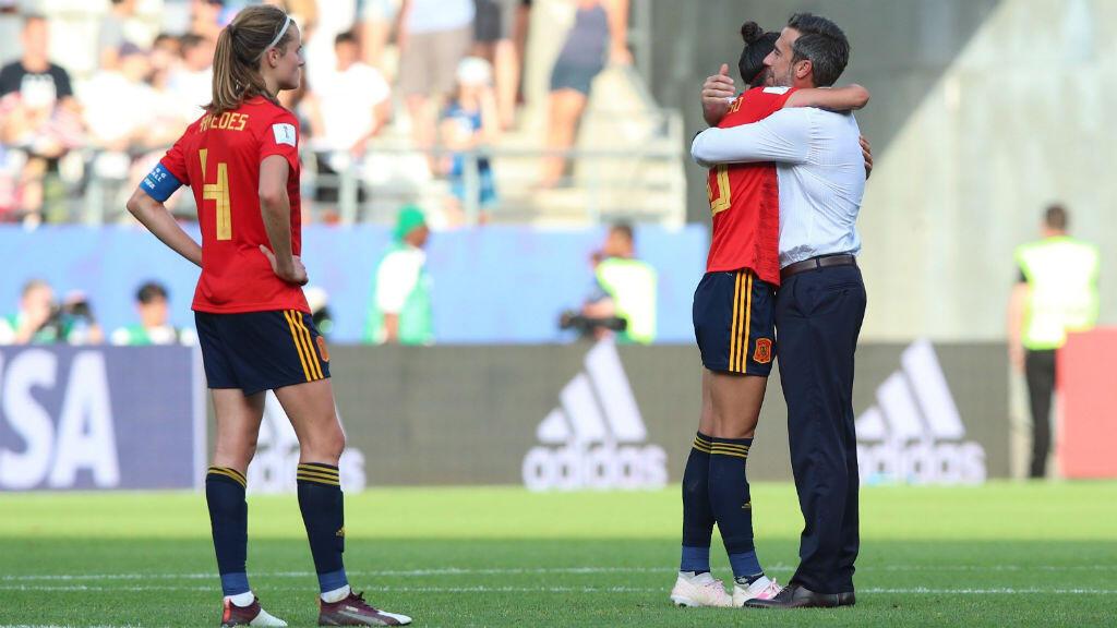 El seleccionador español Jorge Vilda abraza a la delantera Jennifer Hermoso tras el partido de octavos de final del Mundial de Francia ante Estados Unidos disputado en el estadio Auguste Delaune de Reims. 24 de junio de 2019.