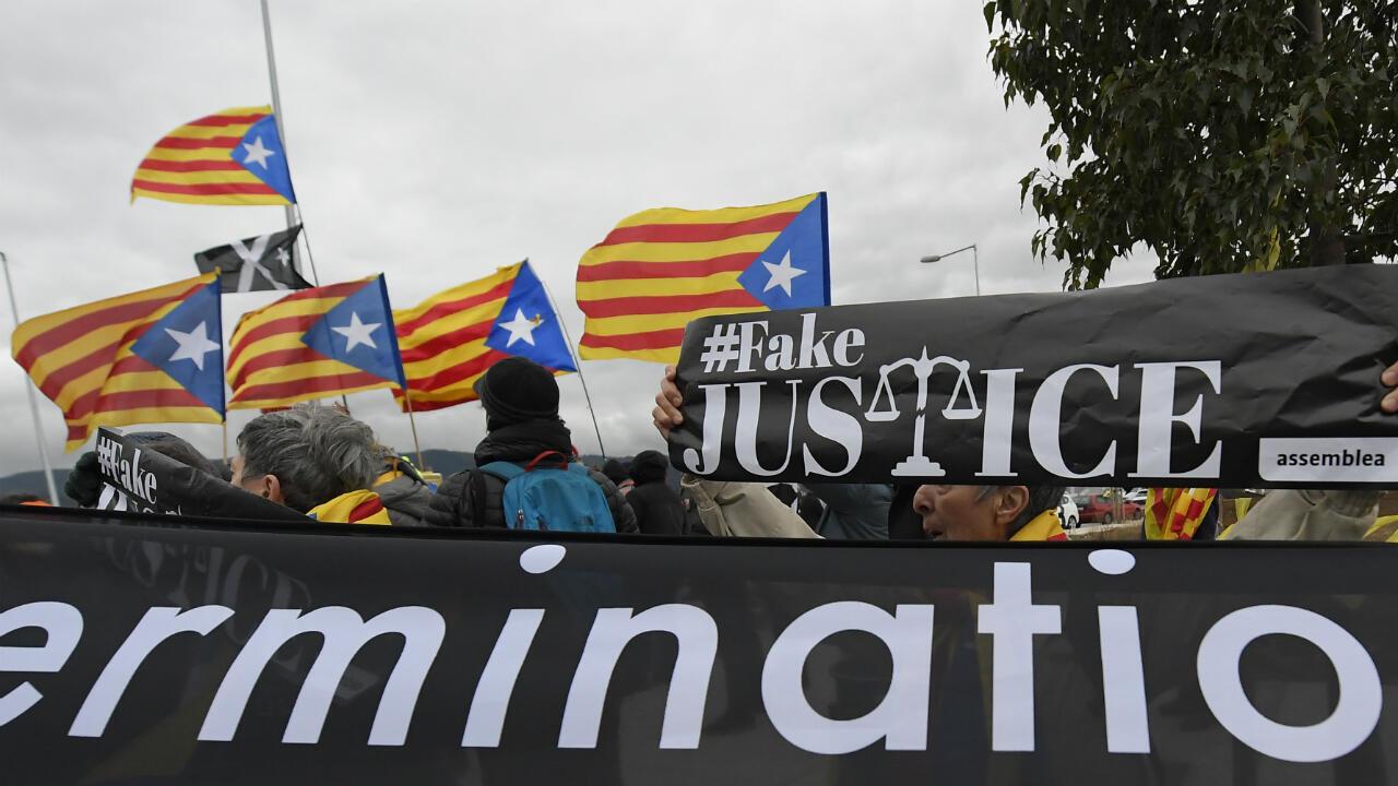 Partidarios de la independencia de Cataluña se manifiestan mientras trasladan a los líderes sobiranistas a Madrid para el juicio.