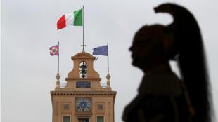 Un miembro de la unidad de elite militar italiana vigila el Palacio Qurinal, Italia, el 29 de mayo de 2018.
