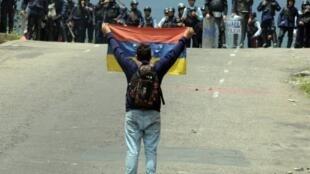 متظاهر من المعارضة يواجه الشرطة في سان كريستوبال 11 مايو 2016