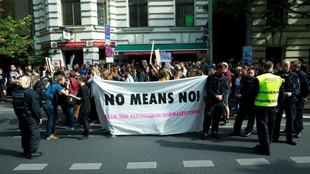 """Des manifestants militent pour le """"Non, c'est non !"""", à Berlin, le 27 juin 2016."""