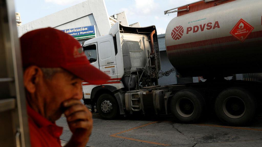 El logotipo corporativo de la petrolera venezolana PDVSA se ve en un camión cisterna en una estación de servicio estatal en Caracas, Venezuela, el 28 de enero de 2019.