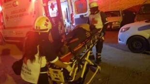 Los servicios de emergencia auxilian a los heridos tras un tiroteo en el bar La Playa Men's Club. Salamanca, México, el 9 de marzo de 2019.