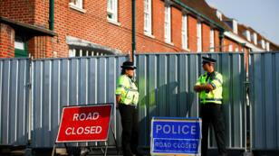 Dos policías birtánicos en Amesbury, localidad en donde fue encontrada la pareja expuesta al Novichok. 5 de julio de 2018.