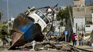 Un bateau du port de Coquimbo a été porté sur terre par une vague du tsunami qui a suivi le séisme au Chili, jeudi 17 septembre 2015.