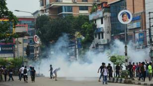 Des étudiants bangladais manifestant face à la police dans la capitale Dhaka le 5 août 2018.