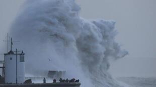 Impacto de la tormenta Eleanor en Porthcawl en el sur de Gales.