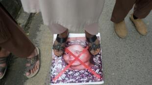 صورة للمسيحية آسيا بيبي تحت الاقدام خلال تظاهرة ضد تبرئتها من تهمة التجديف في 2 تشرين الثاني/نوفمبر 2018 في باكستان