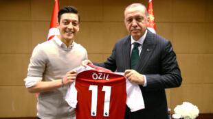 El presidente de Turquía Recep Tayyip Erdogan se reúne con el jugador de fútbol Mesut Özil en Londres, Reino Unido el 13 de mayo de 2018.