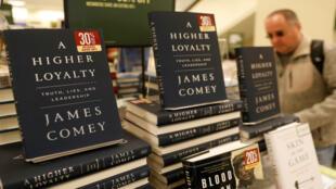 """Ejemplares de """"The Higher Loyalty"""" de James Comey en una librería de Manhattan el día de su lanzamiento. Nueva York, Estados Unidos."""