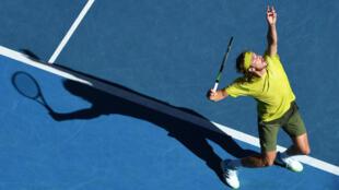 El griego Stefanos Tsitsipas sirve contra el sueco Mikael Ymer durante su partido individual masculino en el sexto día del torneo de tenis del Abierto de Australia en Melbourne el 13 de febrero de 2021.