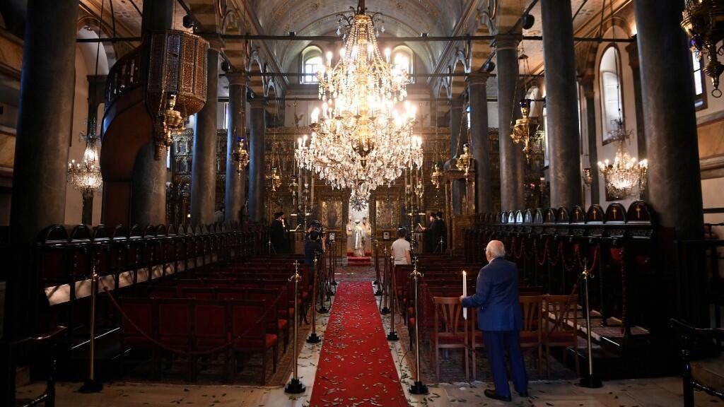El patriarca ecuménico Bartolomé I dirige el servicio ortodoxo de Pascua, que se lleva a cabo a puerta cerrada como parte de las medidas para contener la propagación de la enfermedad de Covid-19, en la Catedral Patriarcal de San Jorge en Estambul, Turquía, el 19 de abril de 2020.