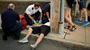 Los médicos de ambulancia y otros socorristas reviven a un hombre de 32 años que fue encontrado sin respuesta y que no respiraba después de una sobredosis de opioides en una acera en el suburbio de Boston en Everett, Massachusetts, EE. UU., El 23 de agosto de 2017. Para coincidir con el Informe Especial de EE. UU.