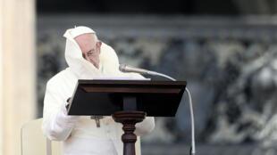 Una ráfaga de viento sopla el manto del papa Francisco en el Vaticano, el 12 de agosto de 2018.
