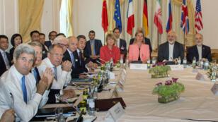 Les négociateurs des grandes puissances et de l'Iran à la table des négociations, lundi 6 juillet 2015, à Vienne.