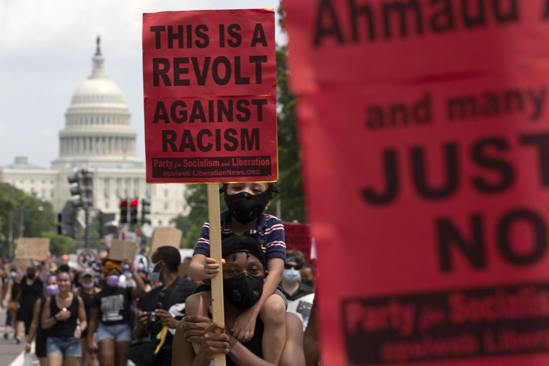 Miles de personas se manifiestan contra el racismo y la brutalidad policial tras la muerte de George Floyd.