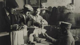 Des soldats démobilisés reçoivent leur pécule en février1919 à Paris.