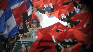 """El presidente nicaragüense Daniel Ortega y su esposa, la vicepresidenta Rosario Murillo, celebran la conmemoración del 39 ° Aniversario de la Revolución Sandinista en la plaza """"La Fe"""" en Managua el 19 de julio de 2018."""