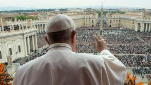 El Papa Francisco saluda a los fieles desde el balcón que da a la Plaza de San Pedro en el Vaticano, el 21 de abril de 2019.