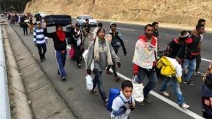 Migrantes venezolanos atraviesan el Puente Simón Bolívar para llegar a Ecuador y luego a Perú.