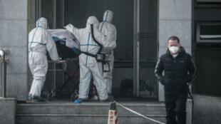 مريض ينقل إلى مستشفى في مدينة ووهان الصينية التي ظهر فيها الوباء لأول مرة