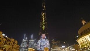 La tour Burj Khalifa, tour la plus haute du monde, s'est parée d'une photo de l'astronaute Hazza Al Mansouri à l'occasion de son départ pour l'ISS, le 25 septembre 2019.