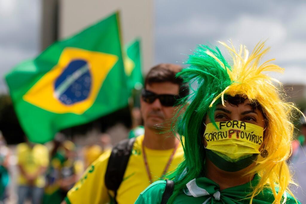 En Brasilia, decenas de ciudadanos recurrieron al uso de tapabocas con mensajes contra el Congreso y en respaldo al presidente Jair Bolsonaro en las manifestaciones de este 15 de marzo de 2020.