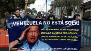 Simpatizantes del presidente venezolano, Nicolás Maduro, sosteniendo una pancarta luego de que María Faría, la designada por el proclamado presidente interino, Juan Guaidó, ingresara a la embajada de ese país en San José, el 20 de febrero de 2019.