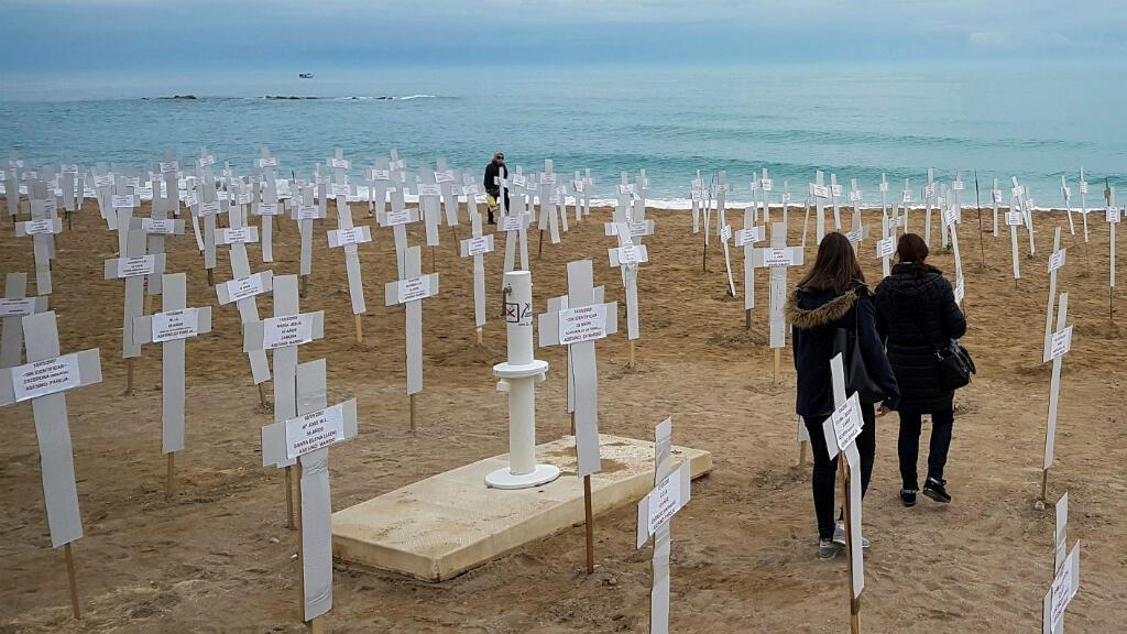 """Imagen de archivo. Una """"Macroexposición"""" con 731 cruces que representan a las mujeres asesinadas en crímenes de violencia de género desde 2007, en la playa del Fortí de Vinaròs, Valencia, España, el 8 de marzo de 2019."""