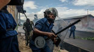L'armée et la police réprimant une manifestation contre un troisième mandat de Pierre Nkurunziza à Bujumbura, le 13 mai 2015.