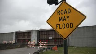 Las compuertas del lago Pontchartrain se ven cerradas antes de la tormenta tropical Barry en Nueva Orleans, Luisiana, el 12 de julio de 2019.