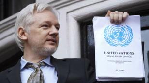 Julian Assange est apparu vendredi 5 février 2016 au balcon de l'ambassade d'Équateur à Londres.
