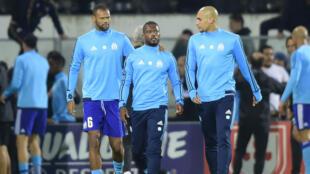 Patrice Evra entouré par ses coéquipiers Rolando et Diora, après avoir porté un coup de pied à un supporter marseillais, le 2 novembre.