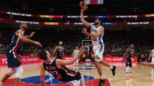 L'Argentin Patricio Garino envoie un shoot au panier pendant la demi-finale du Mondial de basket entre l'Argentine et la France, à Pékin, le 13septembre2019.