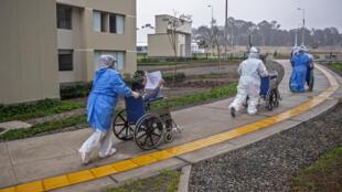 """""""Cada paciente que sale de alta es un partido ganado para nosotras"""", dijo a la AFP Maritza Huapaya, la enfermera jefa de este hospital temporal que abrió el 30 de marzo en las instalaciones de la villa deportiva"""