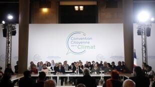 El presidente de Francia, Emmanuel Macron (c), toma la palabra en la Convención Ciudadana por el Clima en París el 10 de enero de 2020